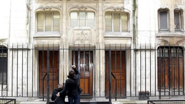 Entrée de la synagogue de la rue Pavée, 4ème arrondissement, Paris. (Crédit : CC BY Djampa/Wikimedia Commons)