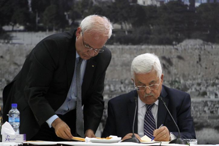 Presidente de la Autoridad Palestina, Mahmoud Abbas, a la derecha, firma una solicitud a las agencias de la ONU, en la ciudad cisjordana de Ramallah, Martes, 01 de abril 2014.  (Crédito de la foto: Issam Rimawi/Flash90)