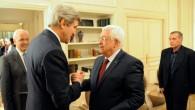 John Kerry (gauche) et Mahmoud Abbas à Paris le 19 février 2014 (Crédit US State Department)