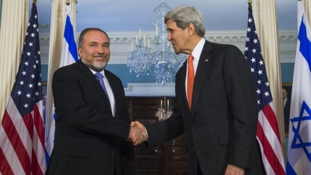 Avigdor Liberman (gauche) et John Kerry (droite) à Washington en avril 2014 (Crédit : AFP/Saul Loeb)