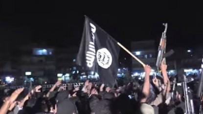 Des partisans de l'Etat islamique manifestant à Raqqa, en Syrie. (Crédit : Capture d'écran YouTube/Vice)