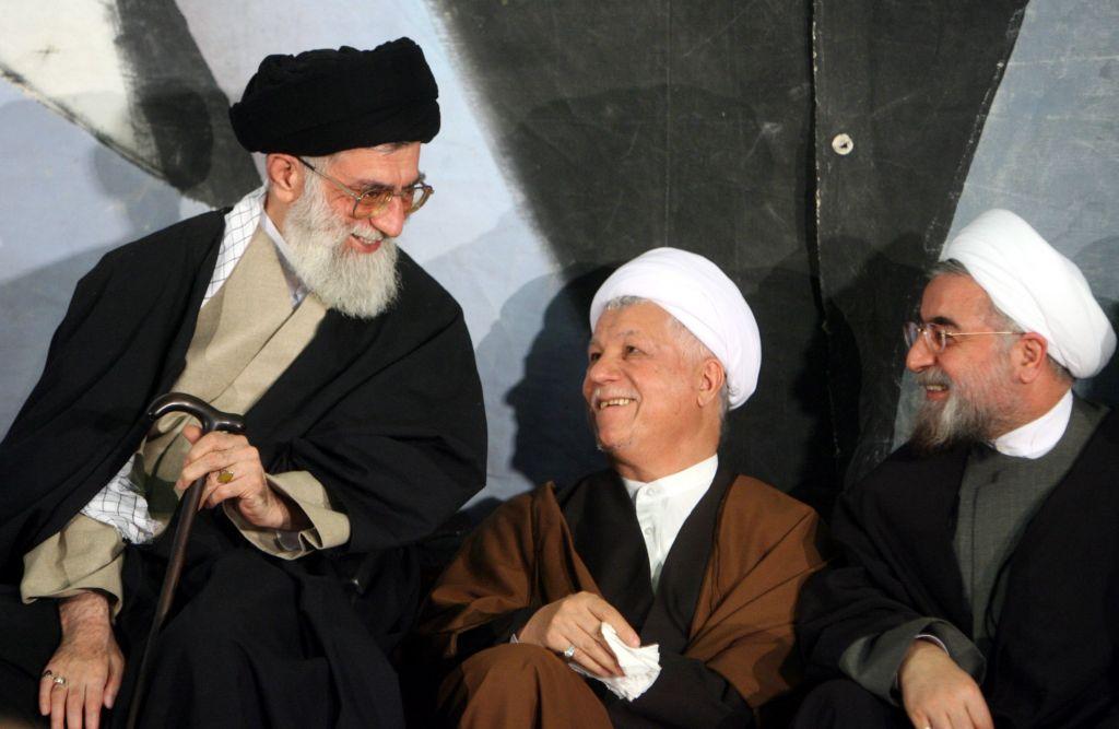 Líder supremo de Irán, el ayatolá Ali Jamenei, a la izquierda, el ex presidente Akbar Hashemi Rafsanjani, centro, y el negociador nuclear luego de arriba (ahora presidente) Hassan Rouhani, en Teherán, marzo 9, 2006. (Foto: AP Photo)