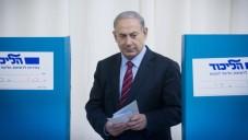 Le Premier ministre Benjamin Netanyahu, le chef du parti du Likud, vote alors que le Likud a ouvert les urnes pour ses élections primaires le 31 décembre, 2014. (Crédit : Miriam Alster / Flash90)