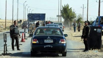 La police égyptienne contrôle les voitures dans le nord du Sinaï, le 31 janvier 2015, dans le cadre de la lutte contre les djihadistes. (Crédit :  STR / AFP)