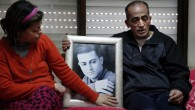 Les parents le 13 février 2015 tenant entre leurs mains le portrait  de Muhammad Said Ismail Musallam qui entre les mains de l'EI (Crédit : AFP PHOTO / THOMAS COEX)