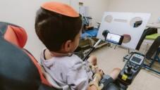 Un enfant handicapé en train d'utiliser un Sesame phone (Crédit : autorisation)