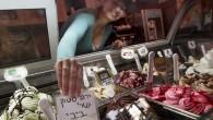 """Dans le magasin de glaces Glida Metudela, où Benjamin Netanyahu est fidèle client, une pancarte en son honneur : """"Pistache de Bibi"""" (Crédit : FLASH90)"""