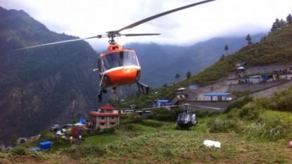 Des hélicoptères de secours evacuent des randonneurs israéliens au Népal le 28 avril 2015 (Crédit photo: Alon Lavi / Ministère des Affaires Etrangères)