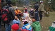Des randonneurs israéliens et népalais secourus dans la région de Langtang, au Népal, le 28 avril 2015. (Capture d'écran : Channel 2)