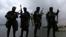 Les plongeurs palestiniens des Brigades al-Qassam, la branche armée du Hamas, en train de prendre part à une cérémonie marquant le 27e anniversaire de la création du mouvement islamiste le 14 décembre 2014 dans la ville de Gaza (Crédit : AFP / MAHMUD HAMS)