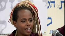 Inbar Bugale explique les exigences que les militants attendent du gouvernement afin d'améliorer la qualité de vie de sa communauté, Tel Aviv, 10 mai 2015. (Crédit : capture d'écran: Channel 2)
