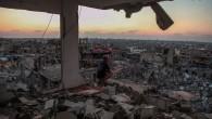 Un homme est assis dans une maison détruite dans le quartier Al Shejaeiya dans l'est de la ville de Gaza, le 28 août 2014 (Crédit : Emad Nassar / Flash90)