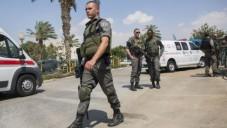 Des policiers et des secouristes sur les lieux où un garde de sécurité israélien travaillant au point de contrôle à l'entrée de l'implantation de Maale Adumim a été poignardé par un assaillant qui a fui dans un village arabe voisin, dans une apparente attaque terroriste. (Crédit photo: Yonatan Sindel / FLASH90)