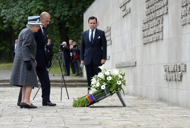 Britain's Queen Elizabeth II and The Duke of Edinburgh, Prince Philip lay a wreath during a visit to the memorial site of former Nazi concentration camp Bergen-Belsen on June 26, 2015. (AFP/JULIAN STRATENSCHULTE)