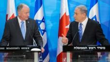 Le Premier ministre Benjamin Netanyahu et le ministre canadien des Affaires étrangères Robert Nicholson à Jérusalem le 3 juin 2015 (Crédit : Emil Salman / POOL)