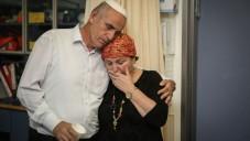 Sara et Eliezer Rozenfeld, à l'hôpital Shaarei Tzedek, où leur fils était hospitalisé dans un état critique après avoir été abattu dans la terreur de l'attaque de la nuit dernière, le 30 Juin, 2015. (Crédit : Hadas Parush / Flash90