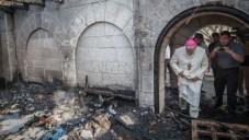 Un prêtre inspecte les dommages causés à l'Eglise de la Multiplication, à Tabgha, sur le lac de Tibériade, qui a  pris feu dans ce que la police suspecte être un incendie criminel, 18 juin 2015.  (Basel Awidat / Flash90)