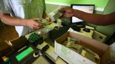 Achat de marijuana médicinale à Tel-Aviv (Crédit : Abir Sultan / Flash90)