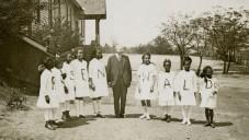 Julius Rosenwald avec les élèves d'une école Rosenwald (Courtoisie de Fisk University, John Hope Franklin et Aurelia E. Bibliothèque / via JTA)