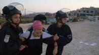 Les forces de sécurité israéliennes traînent un habitante juive venue manifester contre une évacuation dans l'implantation de Beit El, le 28 Juillet 2015 (Crédit photo: Nati Shohat / Flash90)