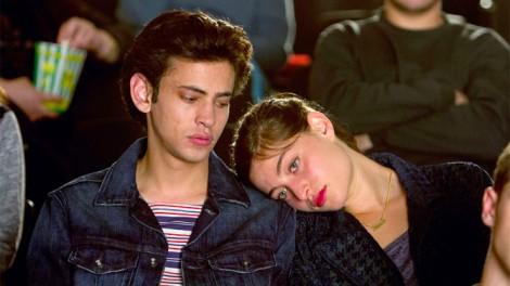 Les personnages Naomi (Danielle Kitzis) et Eyad (Tawfeek Barhom) se fréquentent en secret dans Aravim Rokdim. (Courtoisie de Strand Releasing)