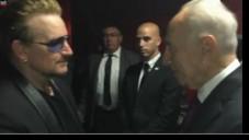 L'ancien président Shimon Peres (à droite) avec le chanteur de U2, Bono, à Toronto au Canada, le lundi 6 juillet 2015 (Crédit : Capture d'écran Ynet)