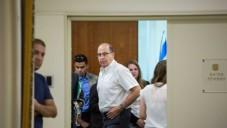 Le ministre israélien de la Défense Moshe Yaalon lors d'une conférence hebdomadaire du gouvernement au bureau du Premier ministre Benjamin Netanyahu à Jérusalem le 05 juillet 2015  (Crédit photo: Emil Salman / Pool)