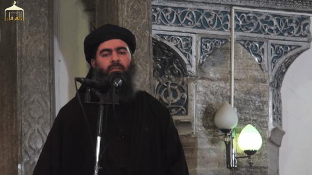 """Le """"Calife"""" Abu Bakr al-Baghdadi s'adressant aux Musulmans dans une mosquée de Mossoul, en Irak. (Crédit : capture d'écran YouTube)"""