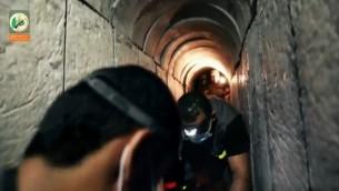Extrait d'une vidéo du Hamas montrant un tunnel creusé sous la frontière israélienne, diffusée en août 2015. (Crédit : capture d'écran Ynet)