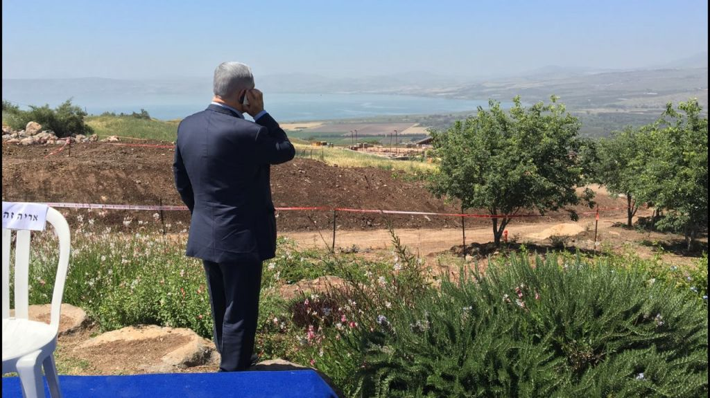 El primer ministro Benjamin Netanyahu habla en el teléfono durante una reunión de gabinete semanal que tiene lugar en los Altos del Golán, 17 de abril de 2016. (Moab Vardi)