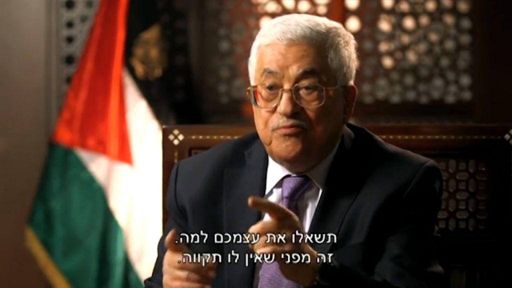 Le président de l'Autorité palestinienne Mahmoud Abbas sur la Deuxième chaîne dans une interview diffusée le jeudi 31 mars 2016 (Crédit : Capture d'écran YouTube)