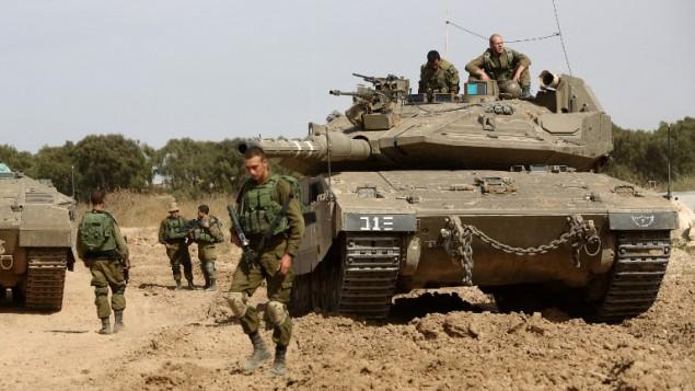 Des soldats israéliens le long de la frontière avec Gaza, près du Kibbutz Nahal Oz, le 4 mai 2016 (Crédit : AFP/MENAHEM KAHANA)