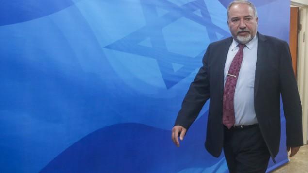 Le ministre de la Défense Avigdor Liberman avant la réunion hebdomadaire du gouvernement dans les bureaux du premier ministre, à Jérusalem, le 13 mars 2016. (Crédit : Marc Israel Sellem/Pool)