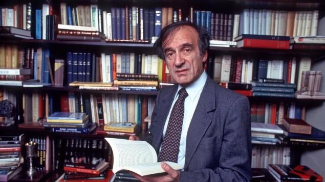 Elie Wiesel, l'auteur de plus de 50 livres, dans l'étude de sa maison de New York, le 14 octobre 1986. (Crédit : Allan Tannenbaum / Getty Images)