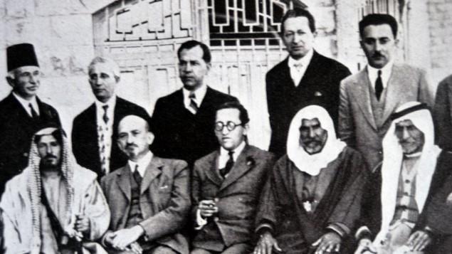 Haim Arlozorov (assis, au centre, avec Chaïm Weismann (à sa gauche) pendant une rencontre à l'hôtel King David de Jérusalem, le 8 avril 1933. Sur la photo, sont aussi représentés : Moshe Shertok (Sharett) et Yitzhak Ben-Zvi (debout à droite), des représentants du Sheikh Mithqal Pasha al-Fayiz de Transjordanie, chef de Bani Sakhr ; Rashid Pasha al-Khazai, Sheikh suprême du mont Ajlun ; Mitri Pasha Zurikat, dirigeant chrétien du district al-Karak district ; Shams-ud-Din Bey Sami, chef circassien ; et Salim Pasha Abu al-Ajam, Sheikh suprême de la région Belka. Selon Davar du 11 juin 1958, page 3, la photographie a été prise la veille de Pessah en 1931 pendant des discussions sur des ventes de terrain en Transjordanie. (Crédit : via Wikipedia)