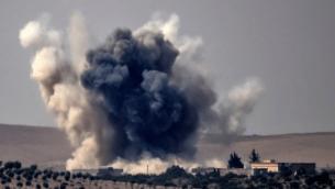 Nuages de fumée après des frappes aériennes menées par un avion de combat turc sur le village frontalier turc syrien de Jarablos lors de combats contre des cibles du groupe de l'Etat islamique, 24 août 2016. (Crédit : AFP / BULENT KILIC)