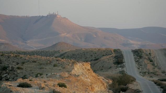 Le mont Harif et la route longeant la frontière entre Israël et l'Egypte. Illustration. (Crédit : Moshe Shai/Flash90)