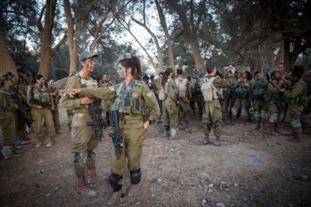 Soldiers of the Caracal Battalion prepare before a hike as part of their training on September 3, 2014. (Hadas Parush/Flash90)