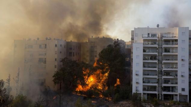 Une photo prise le 24 novembre 2016 montre un incendie qui fait rage dans la ville de Haïfa (Crédit : AFP PHOTO / Jack GUEZ)