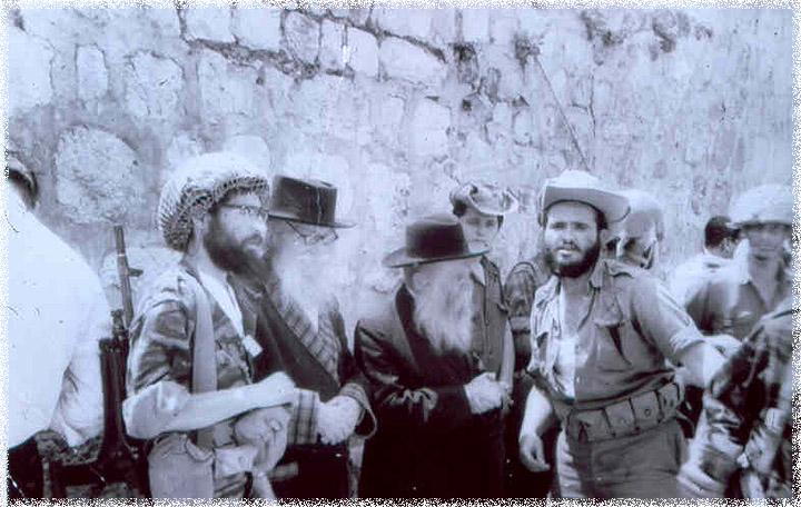 Rassemblement au mur Occidental. De gauche à droite : le rabbin Yisrael Ariel (en casque de combat), le Nazaréen, le rabbin David Cohen et le rabbin Zvi Yehuda Kook. (Crédit : l'Institut du Temple)