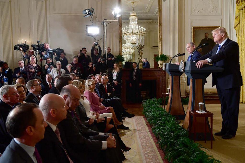 Benjamin Netanyahu et Donald Trump, le 15 février 2017 à la Maison Blanche (Crédit : Avi Ohayon/GPO)