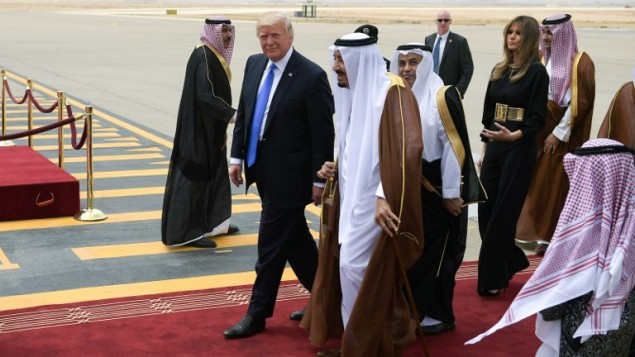 US President Donald Trump (C-L) is welcomed by Saudi King Salman bin Abdulaziz al-Saud (C) upon his arrival at King Khalid International Airport in Riyadh on May 20, 2017, followed by First Lady Melania Trump (R). (AFP Photo/Mandel Ngan)