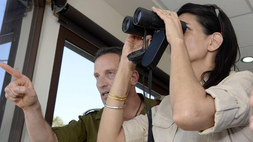 El enviado de la ONU Nikki Haley obtener una rueda de un oficial de las FDI en la frontera con el Líbano el 8 de junio 2017 (David Azagury / Embajada de Estados Unidos Tel Aviv)