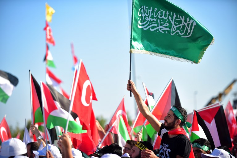 A protester waves a green Islamic flag with the Muslim profession of belief 'There is no God but God and Mohammed is the prophet of God' during a demonstration in Istanbul on July 30, 2017, during a protest against measures taken by Israel in Jerusalem and to show solidarity with the Palestinians. (AFP PHOTO / YASIN AKGUL)
