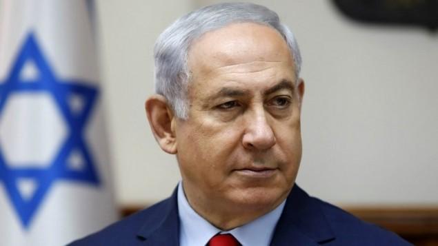Le Premier ministre Benjamin Netanyahu lors de la réunion hebdomadaire de cabinet dans son bureau de Jérusalem le 6 août 2017 (Crédit : AFP PHOTO / AFP PHOTO AND POOL / GALI TIBBON)
