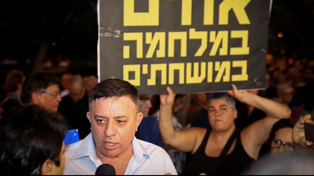 Avi Gabbay, chef du parti Travailliste, pendant une manifestation hebdomadaire devant le domicile du procureur général Avichai Mandelblit, à Petah Tikva, le 15 juillet 2017. (Crédit : Flash90)