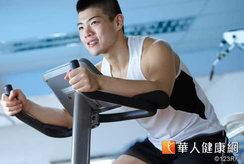 減肥重點在於減去脂肪,必須透過控制飲食熱量以及持續有氧運動,比如在健身房踩飛輪,才能消耗到體內的脂肪。