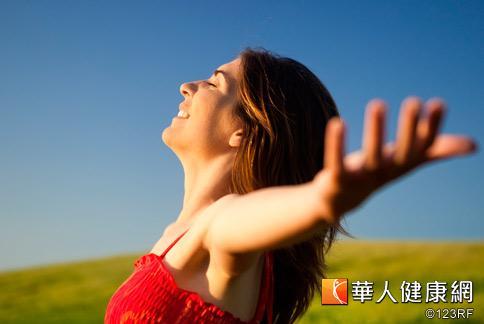 常做胸部開闊伸展,能有效紓緩胸悶鬱結的症狀。