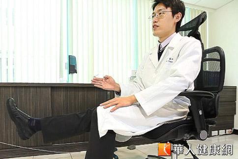 蔣建中醫師建議,日常護膝避免膝關節炎復發,可在辦公室與睡覺前,練習抬腿約20至50次。(攝影/黃志文)