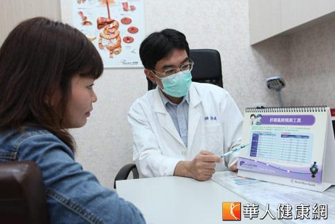 台灣約有300萬名B肝帶原者,醫師易修成(右)呼籲,帶原者應定期進行肝功能指數、肝癌指數、肝臟超音波追蹤檢查。(攝影/黃志文)